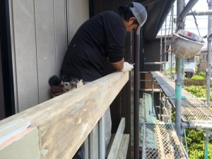 木部の手すりを下地調整塗装する1