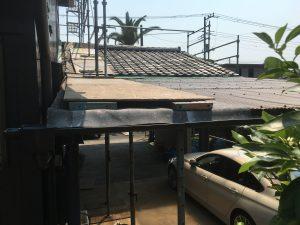 テラスの上で塗装するための足場をつくる2