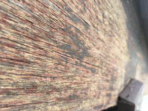 風化した古くなった木の壁を塗る2