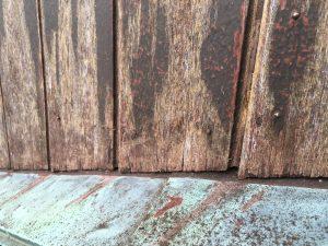 風化した古くなった木の壁を塗る1