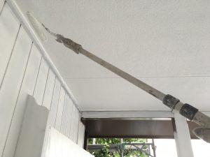 長い柄で軒天井を塗装