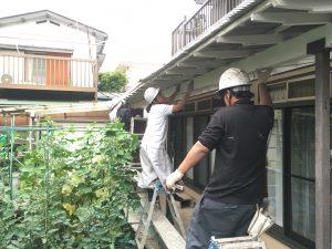 梅雨時の塗装の木製テラス
