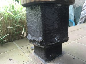 玄関丸太柱の土台腐食